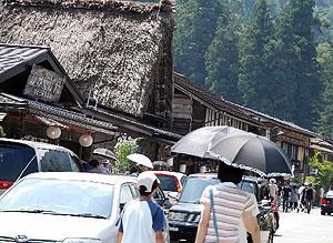観光客らの車両が行き交う白川郷合掌集落=白川村荻町で