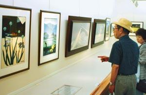 各地の四季折々の風景が描かれた海野光弘の版画展=静岡市葵区御幸町で