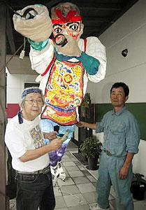 ねぶたを前に絵筆を執る伊藤高義さん(左)と武田篤胤さん=長久手町の伊藤美術工房で