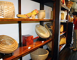 ずらりと並んだ手作りのざる、かご=松本市里山辺の松本民芸館で