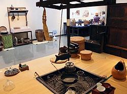 懐かしい台所用品を集め、いろりも再現した特別展=安曇野市豊科郷土博物館で