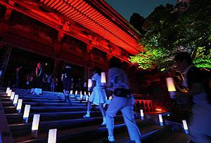 色鮮やかにライトアップされ、夕闇に浮かびあがる根本中堂=大津市の比叡山延暦寺で