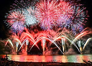 無数の大輪が夜空を彩る諏訪湖祭湖上花火大会=昨年8月、諏訪湖畔で