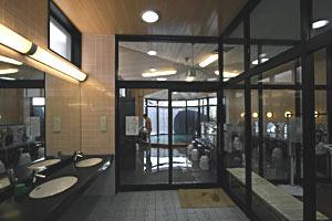 オープンした新総湯の浴場=小松市粟津温泉で
