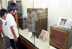 昭和中期まで活躍した木製冷蔵庫(右)などが並ぶ道具展=岡崎市郷土館で