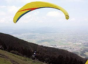 大空へと飛び立っていくパラグライダー=池田町の池田山で