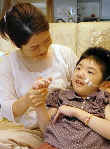初めての個展を開く伊藤晴海ちゃん(右)と母・美恵子さん=弥富市稲荷崎の自宅で
