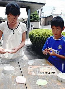 自分だけの化石作りを楽しむ児童ら=鳥羽市鳥羽の歴史文化ガイドセンターで