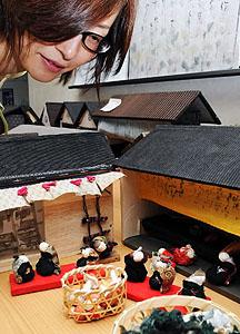 江戸時代の町並みに並べられた人形=伊賀市阿保の青山公民館で