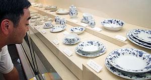 高度な技術による美しい洋食器が並ぶ会場=瑞浪市明世町の市陶磁資料館で