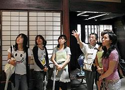 吉島家を見学する岐阜女子大の学生ら=高山市で