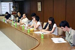 意見を交わす慶応大の学生ら=高山市役所で