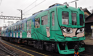 ペイントを塗り直し、鮮やかになった忍者列車=伊賀市の上野市駅で