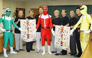 「ENAみのじのみのり祭」をPRする祭りのローカルヒーロー「ENAレンジャー」と実行委役員=恵那市長島町の恵那商工会議所で