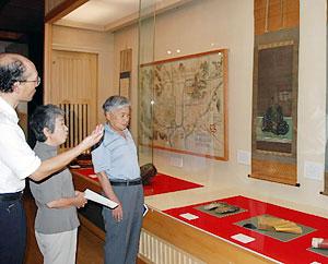 金森氏の肖像画やゆかりの品々で功績を紹介する「金森家とまちづくり展」=飛騨市古川町の市美術館で