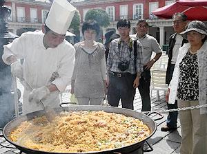 直径1メートルの大鍋で調理されるパエリヤ=志摩市の志摩スペイン村で