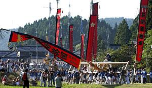 昨年の祭りで、大旗を地面すれすれまで傾ける「島田くずし」を盛り上げる男衆=七尾市中島町で