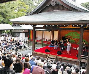 昨年秋の催しで、能楽堂の舞台で演奏するジャズバンド=岡崎市の岡崎公園で