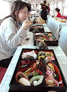 さまざまなキノコ料理などが提供される明知鉄道の「きのこ列車」=恵那市で