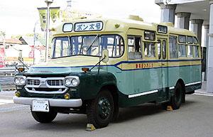 イベントに並ぶ瀬戸市の愛好家グループ所有のボンネットバス(豊橋市提供)