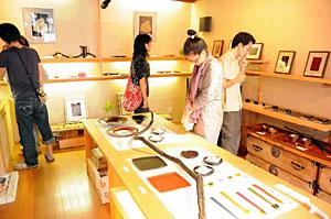 輪島塗の若手作家による「アートウオーク漆・未来の漆の担い手たち展」=輪島市河井町のうつわわいちで