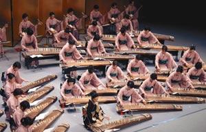 琴や三味線の調べを奏でる出演者たち=浜松市中区のアクトシティ浜松中ホールで