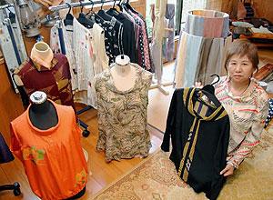 古布の素材を生かして作り直した洋服などが並ぶ作品展=各務原市各務車洞のおぐり工房で