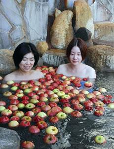計300個を浮かべるリンゴ湯=飛騨市古川町黒内で
