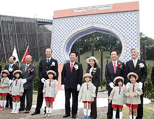 県とモロッコの友好のシンボルとして建設した庭園「モロッコロイヤルローズガーデン」のオープン記念式典=花フェスタ記念公園で