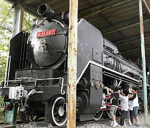 子どもたちが触れられるよう屋外展示された蒸気機関車「D51」=福井市の福井少年運動公園で