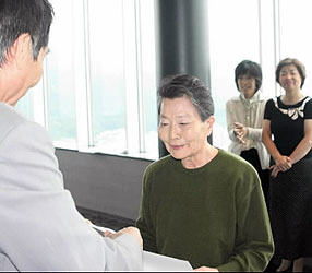 43万人目の入場者になり、記念証を受け取る杉本弘子さん(中)=岐阜シティ・タワー43の展望室で
