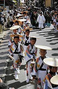 闘鶏楽で町を練り歩く子どもたち=いずれも高山市内で