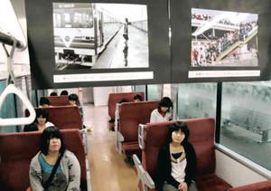 伊勢鉄道の歴史を振り返る写真が並ぶ車内=津駅で