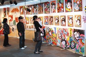 色鮮やかな凧絵や多彩な凧が並ぶ展示会=菊川市の菊川文庫で