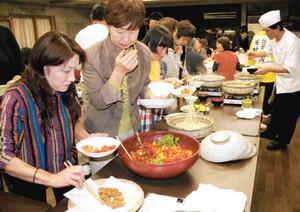 さまざまなカキ料理を楽しむ参加者ら=鳥羽市浦村町の海の博物館で