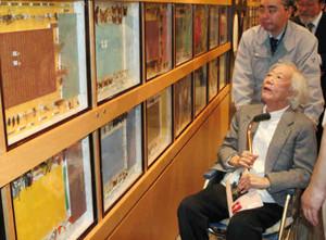 標本との再会を喜ぶ北杜夫さん(手前)=松本市の山と自然博物館で
