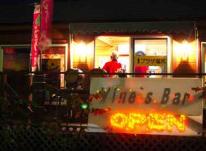 塩尻ワイナリーフェスタ2008を前に開設されたワインズバー=塩尻市のJR塩尻駅前で