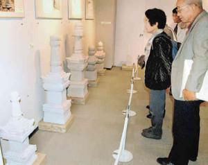 鮮やかな乳白色の薮田石が並ぶ会場=氷見市立博物館で