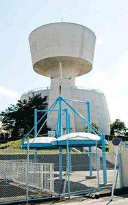 円盤を思わせるユニークな形状の鳴海配水塔=名古屋市緑区で
