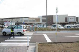 平日にもかかわらず、駐車場が買い物客の車で埋まったイオンかほくSC=かほく市内日角で