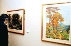 伊那市ゆかりの明治から昭和の芸術家の作品が並ぶ会場=伊那市高遠町の信州高遠美術館で