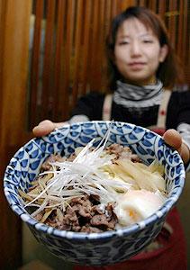 井月が好んだイノシシ肉を使って開発した「井月丼」。15日の講演参加者には半額券が配られる=駒ケ根市中央の水車で