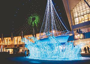美しく浮かび上がり買い物客の目を楽しませているヨットの電飾=蒲郡市のラグーナ蒲郡で
