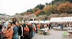 特産品のあたる抽選会に並ぶ大勢の観光客ら=豊田市の小原ふれあい公園で