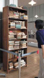 復元された則武三雄さんの書棚=福井市の県立図書館で