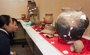 大津市内五遺跡で出土した遺物が並ぶ「埋蔵文化財展大津むかしむか~し」=同市役所市民ギャラリーで