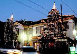 屋根や立ち木に電飾を設置した郡上八幡旧庁舎記念館=郡上市八幡町で
