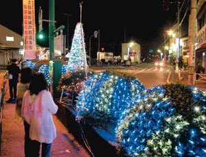 駅前通りを彩るイルミネーション=あわら市のJR芦原温泉駅前で