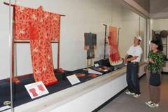 「始末」をテーマに小袖を仕立て直した振り袖などが展示された企画展=東近江市の近江商人博物館で