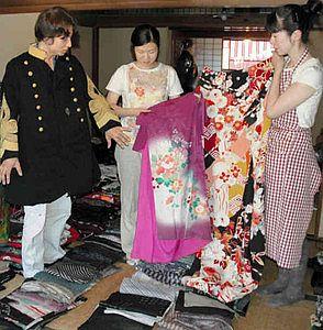 寄贈された大正期の着物などを整理する「大正ロマンチカ」のメンバー=恵那市明智町の「日本大正村」で